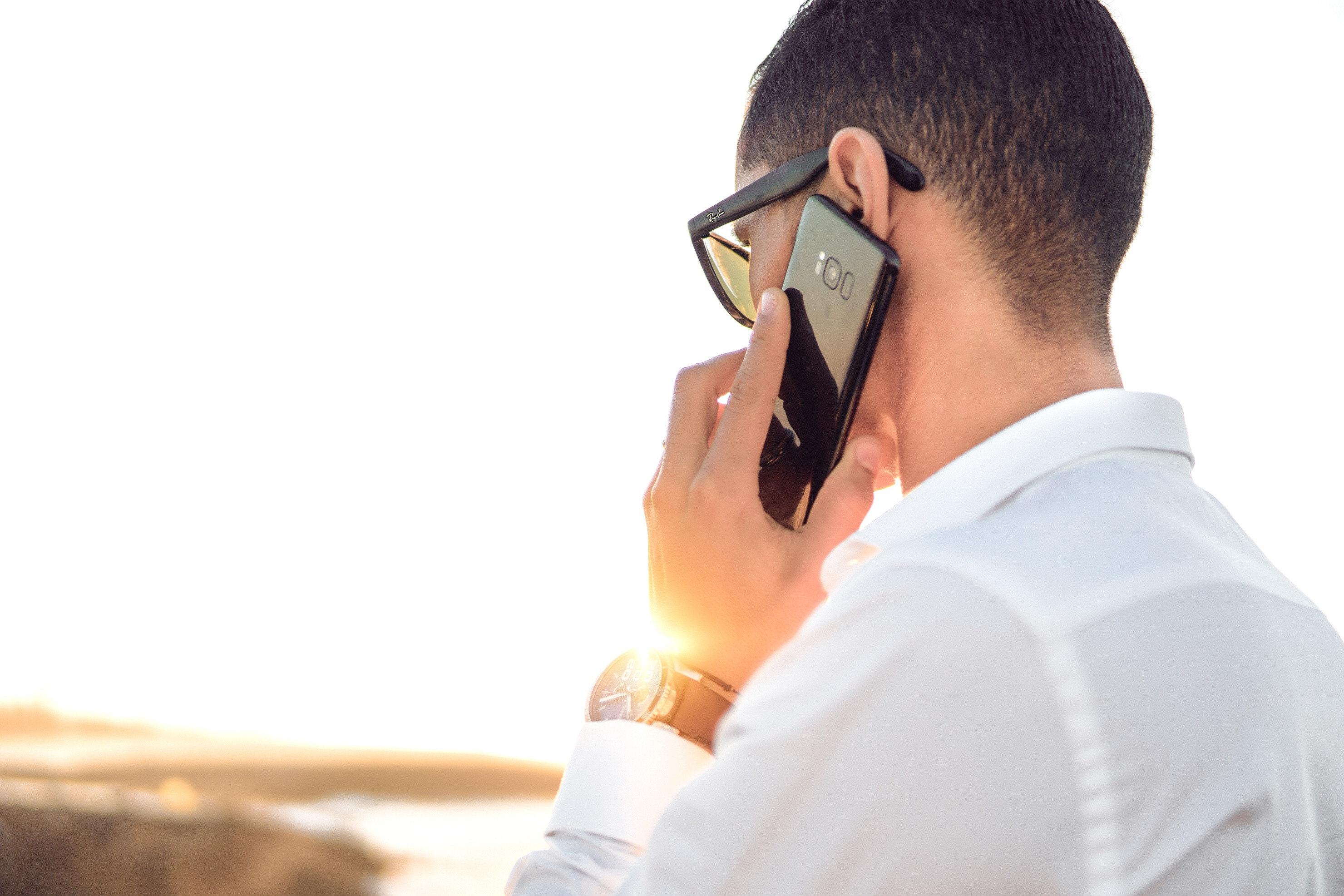 adulte avec un smartphone noir de la marque samsung